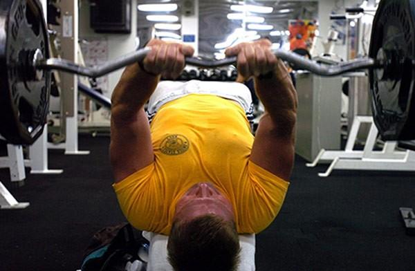 ebook-fitness-man-doing-benchpress-yellow